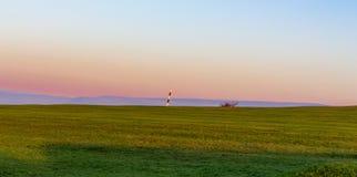 Golfplatz mit gestreiftem Stift und Hügeln im Abstand Werneth lizenzfreies stockbild