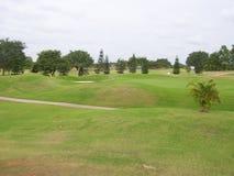 Golfplatz mit 18 Löchern mit grünem Gras und Bäumen Lizenzfreie Stockfotografie