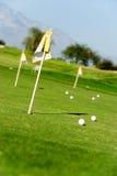 Golfplatz mit Markierungsfahnen und Kugeln Stockfotografie