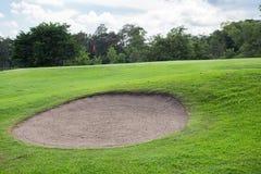 Golfplatz mit Sandbunker Stockbilder