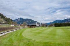 Golfplatz mit Spielern stockbilder