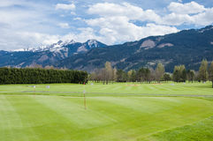 Golfplatz mit Spielern lizenzfreie stockbilder