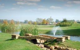 Golfplatz mit Steinbrücke Stockbilder
