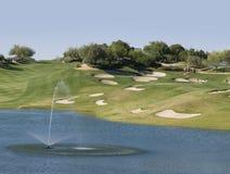 Golfplatz und Teich Stockfotografie