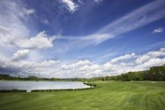 Golfplatzfahrrinne und fantastischer Himmel Lizenzfreie Stockfotos