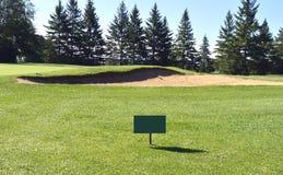 Golfplatzgrün mit Richtungszeichen Lizenzfreie Stockbilder
