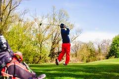 Golfplayer击中一个球 免版税图库摄影