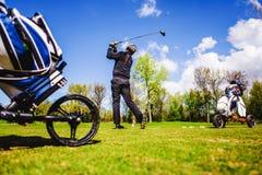 Golfplayer bate uma bola Fotos de Stock Royalty Free