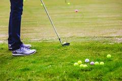 Golfplayer bate uma bola Imagens de Stock