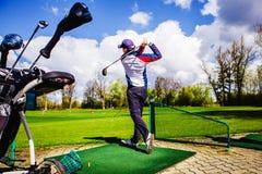 Golfplayer golpea una bola Imagen de archivo