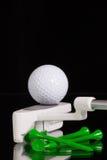Golfputter- och guldutrustningar på det svarta glass skrivbordet Arkivbild