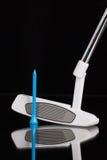 Golfputter- och guldutrustningar på det svarta glass skrivbordet Arkivfoton