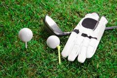 Golfschläger, -blove und -ball Stockbild