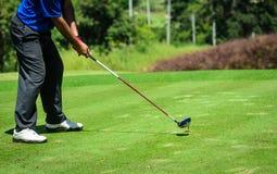 Golfspelare med putter Fotografering för Bildbyråer