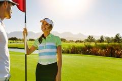 Golfspelare som diskuterar på fält efter leken Arkivfoton