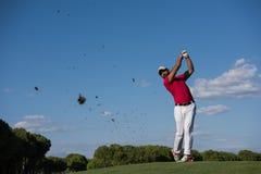 Golfspelare som slår det långa skottet Arkivbild