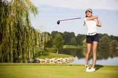 Golfspelare som teeing av Royaltyfri Foto