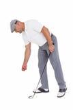 Golfspelare som upp väljer golfboll Arkivbilder