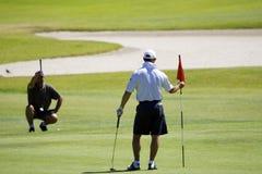Golfspeler bij gat Royalty-vrije Stock Afbeelding