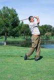 Golfspeler bij het T-stuk stock foto's