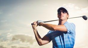 Golfspeler bij zonsondergang Stock Afbeelding