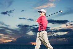 Golfspeler bij zonsondergang Royalty-vrije Stock Afbeelding
