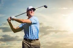 Golfspeler bij zonsondergang Stock Foto