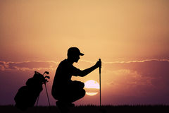 Golfspeler bij zonsondergang stock illustratie