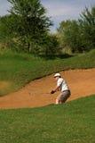 Golfspeler in de zandbunker. royalty-vrije stock afbeelding