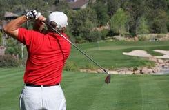 Golfspeler die bal op groen raakt Stock Foto's
