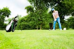 Golfspeler die bereid om de aandrijving te raken worden stock afbeeldingen