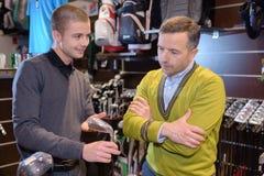 Golfspeler die club zoeken stock afbeeldingen