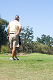 Golfspeler die cursus waarneemt Stock Afbeelding