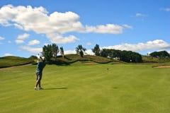 Golfspeler die de bal raakt stock foto