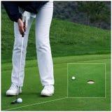 Golfspeler die de bal zet Royalty-vrije Stock Fotografie