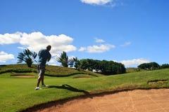 Golfspeler die de vliegende bal bekijkt royalty-vrije stock afbeelding