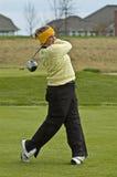 Golfspeler die een bestuurder op T-stukdoos slingert royalty-vrije stock fotografie