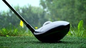 Golfspeler die een golfbal schieten stock footage