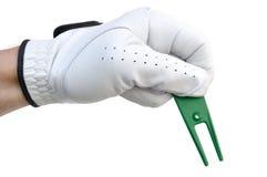 Golfspeler die een Hulpmiddel van de Reparatie van het Teken van de Bal houdt Royalty-vrije Stock Foto's
