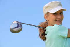 Golfspeler die een schommeling neemt royalty-vrije stock foto