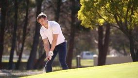 Golfspeler die een spaander raken stock video