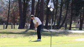 Golfspeler die een spaander raken stock videobeelden