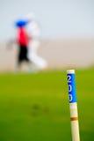 Golfspeler die op de cursus loopt Stock Foto