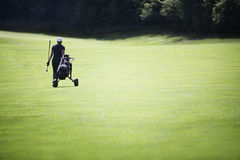 Golfspeler die op fairway met zak loopt. Royalty-vrije Stock Foto