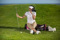 Golfspeler die via telefoon op gebied babbelen royalty-vrije stock afbeelding