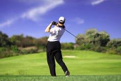 Golfspeler die weg c teeing Stock Afbeelding