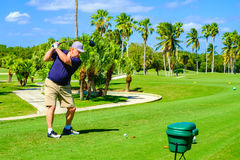 Golfspeler die weg Teeing royalty-vrije stock foto