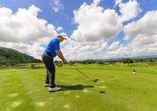 Golfspeler die zijn toestel en klap slingert Royalty-vrije Stock Fotografie