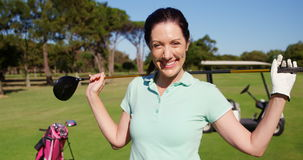 Golfspeler dragende golfclub over schouder terwijl status op de golfcursus stock videobeelden