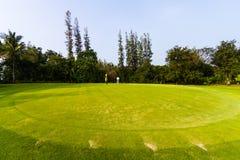 Golfspeler en theebus in golfcursus Stock Afbeelding